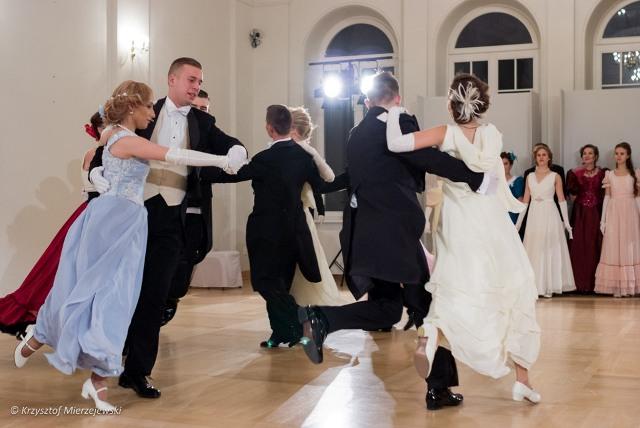 Tancerze wirując, rozsypują się po całej sali.