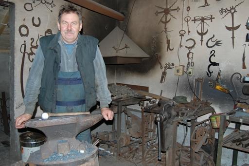 Kowal Henryk Borowski w swojej kuźni, 2009. Fot. K. Snarski