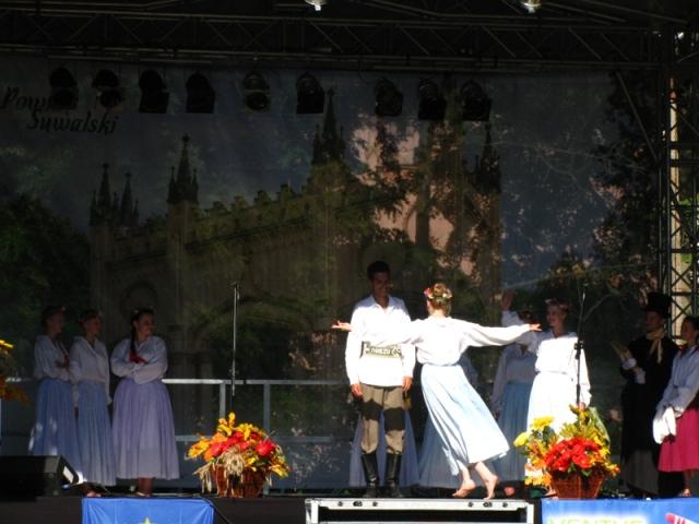 """Kujawiakowe zaloty. ZPiT Suwalszczyzna w widowisku """"Kochajmy się"""", Dowspuda, wrzesień 2011."""