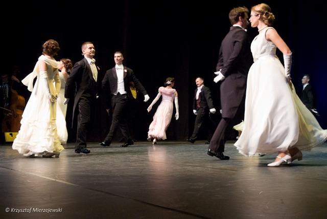Koło zamienia się w wartki niepowstrzymany łańcuch tancerzy. Występ w Suwalskim Ośrodku Kultury, 11.11.2015.