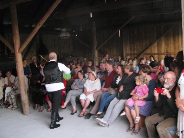 Pierwsze skrzypce czarują publiczność.