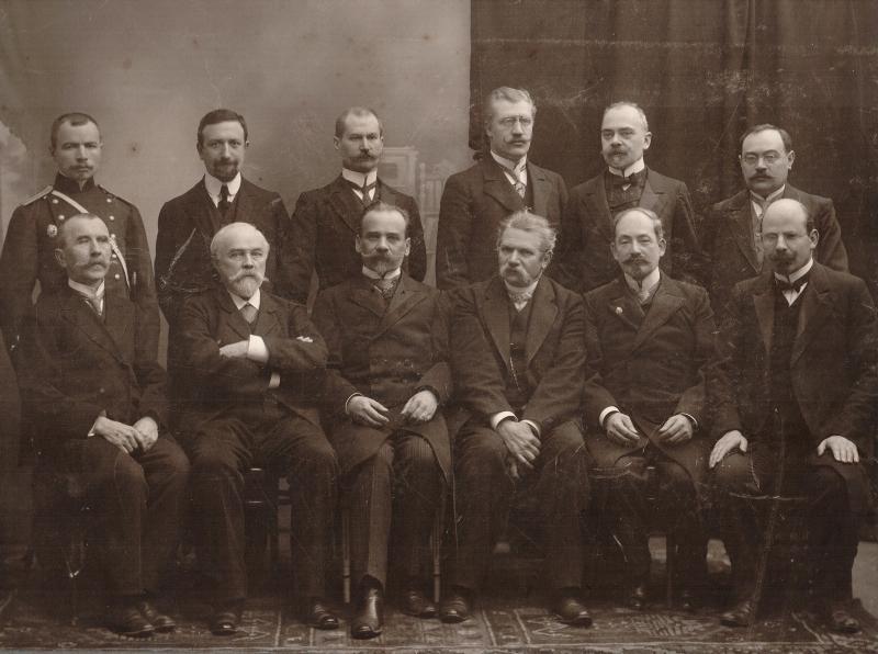 Suwalscy lekarze i farmaceuci. Drugi od lewej siedzi Aleksander Bakinowski, czwarty Teofil Noniewicz. Stoją: trzeci od lewej Mamert Nieciuński, czwarty – Michał Barszczewski, piąty – Jan Zawadzki (zbiory Muzeum Okręgowego w Suwałkach)