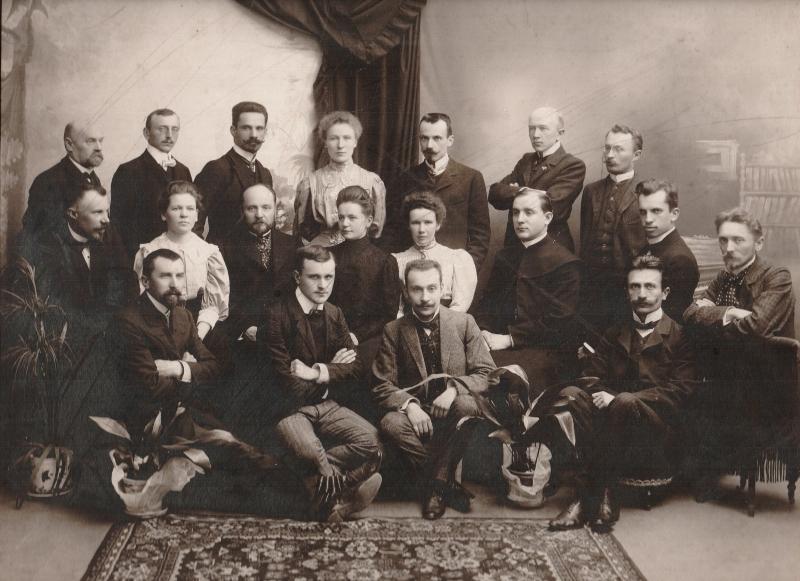 Nauczyciele polskiej 7-klasowej Szkoły Handlowej. Trzeci od lewej stoi dyrektor szkoły Zygmunt Gąsiorowski (zbiory Muzeum Okręgowego w Suwałkach)