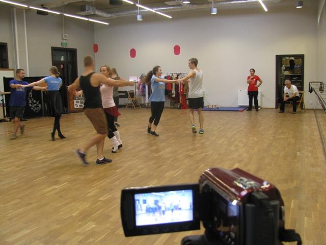 I czuwa wreszcie dokumentalista dokumentacyjny, w przerwach, gdy nie tańczy.