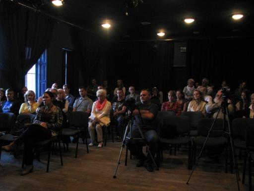 Zasłuchana i zapatrzona publika.