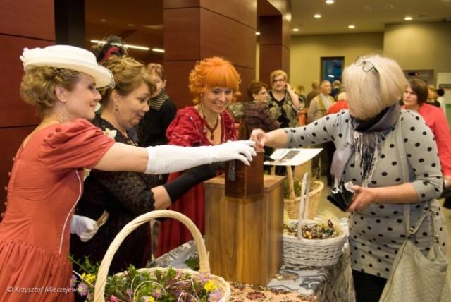 Za mniejszy lub większy datek otrzymywano symboliczny bukiecik kwiatów.