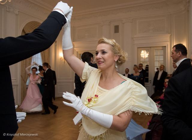 Kotylion, Damę zdobi wierna kopia sukni, która zajęła II miejsce w konkursie na kreację balową w 1914 roku.
