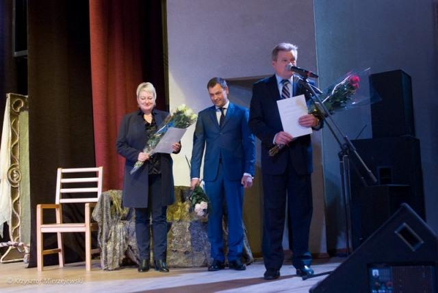 Za koncert dziękuje Poseł na Sejm RL Jarosław Narkiewicz. Obok Darius Nedveckis i pani dyrektor Centrum Kultury w Trokach.