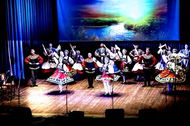 """Rozpoczęcie wieczoru — podziwialiśmy sprawność białoruskich tancerzy z zespołu """"Spadczyna"""""""