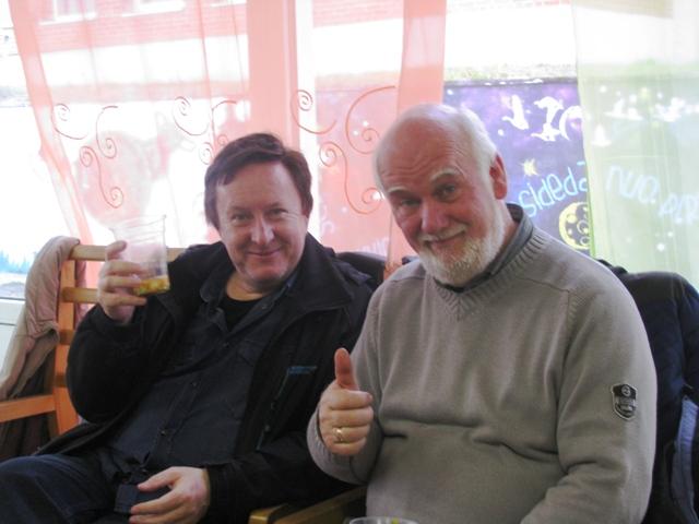 """Na ostatek """"odpoczywający po swej pracy"""" — fotograf Krzysztof Mierzejewski (z lewej) i Bogusław Wasilewski, tym razem jako aktor w spektaklu."""