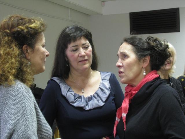 """Tymczasem kadra obu zespołów rozmawiała o przyszłych koncertach. Z choreografką i chórmistrzynią """"Troczan"""" (z lewej strony) rozmawia Małgorzata Wojdełko."""