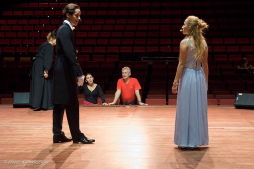 Pierwsze wyjście na deski sceny... Choreografowie patrzą zatroskani.