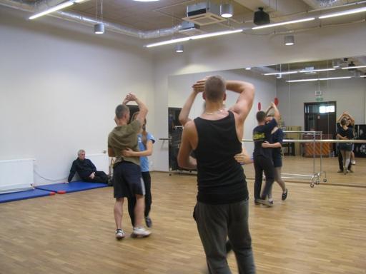 Ćwiczenia pod czujnym okiem choreografa.