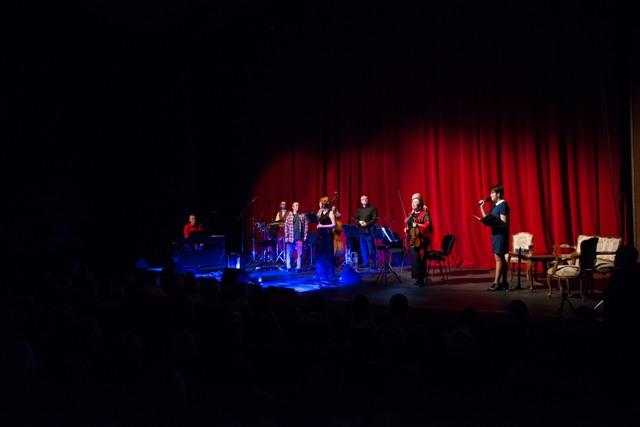 Początek wieczoru. Przy szykującej się kapeli stoi Dorota Skłodowska w roli konferansjera koncertu.