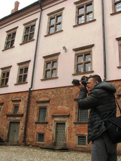 Nasz znakomity fotograf i przyjaciel zespołu Szymon Jasionowski na dziedzińcu zamkowym.