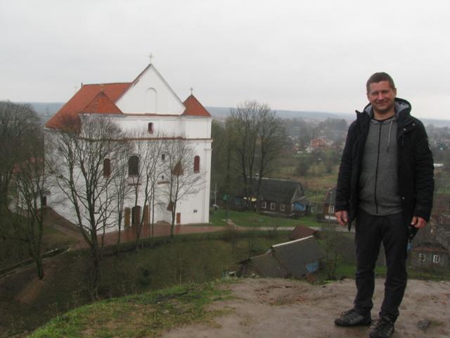 Obrazki mickiewiczowskie — Wieszcz na górze zamkowej, w dole fara.