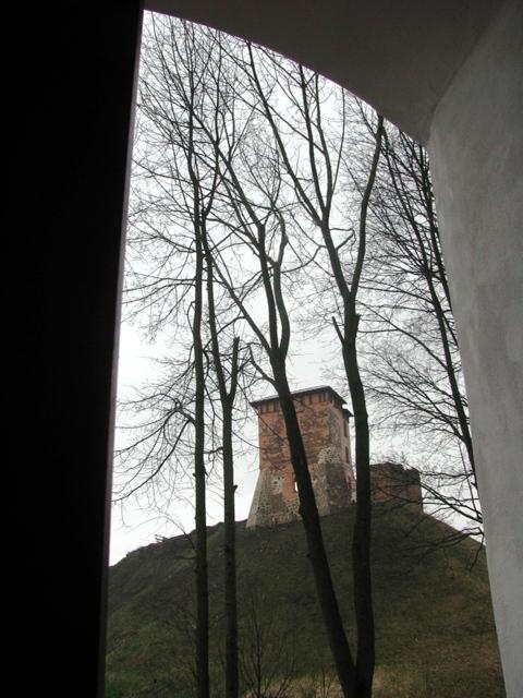 Widok na reszki zamku nowogródzkiego spod kościelnej bramy.