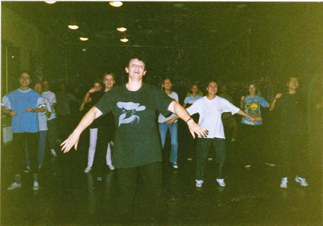 Rok 1999 — Ewcia dowodzi próbą taneczną Zespołu.