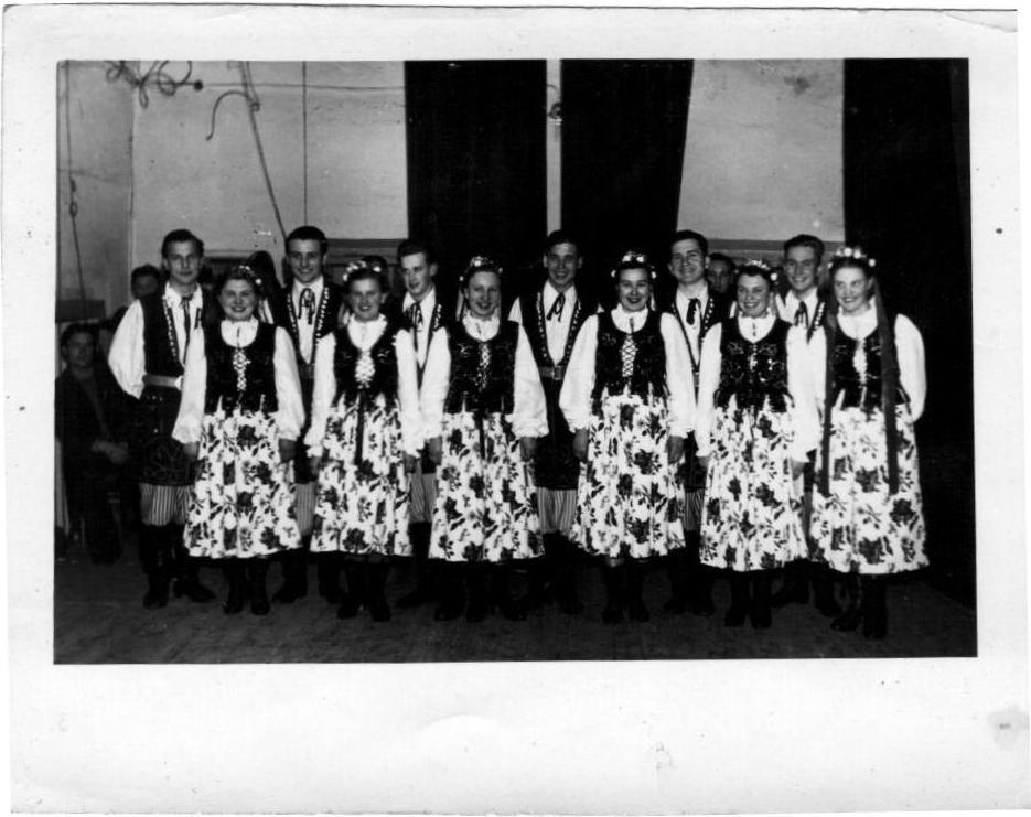 Pierwsze pary zespołu tanecznego w pierwszej sali do prób… lata 50. XX wieku (zbiory prywatne)