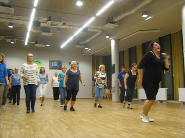 """I przecież taka sama! Nasza """"Niedźwiedzia"""" jako dynamizujke grupę Patronów przed zajęciami z klasyki tańca. Wrzesień 2015."""