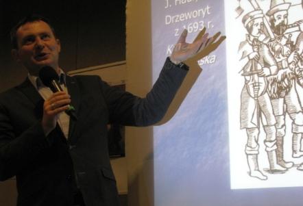 dr Tomasz Nowak w czasie wykładu, Suwalski Ośrodek Kultury, Suwałki 2015